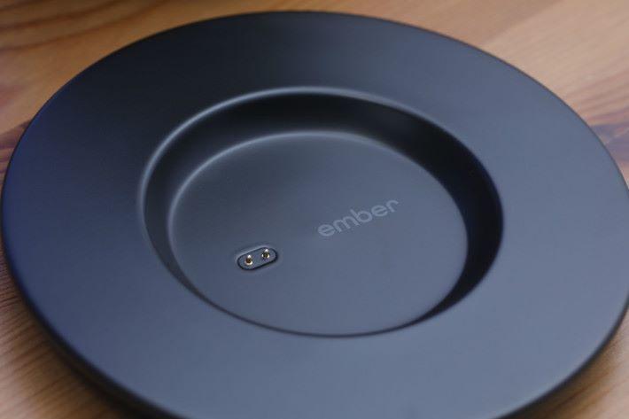 碟面設有兩點金屬接觸位,以供電使杯保溫。