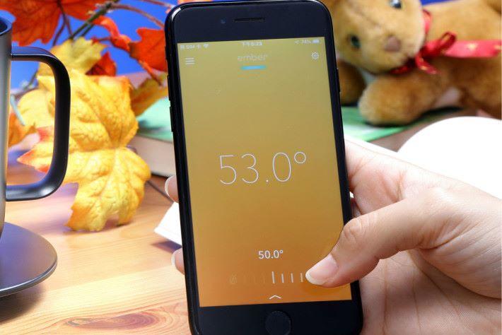 透過相應的 App 便可設定杯內飲品保持 50°C - 62.5°C 。