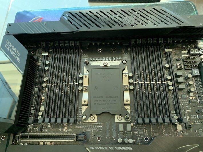 LGA 3647 CPU Socket 兩旁共有12 條 RAM 槽,最左及最右的插槽為 DIMM.2。