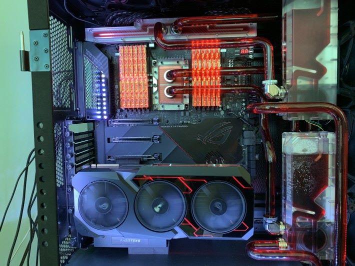 當時 CES 就用了 G.Skill Trident Z Royal 來展示 ASUS ROG Dominus Extreme 主機板。