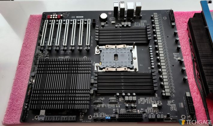 Intel 於 Computex 展示過這塊 Gigabyte SKL-SP 1S 工程板,可能因為不是正式推出的版本,所以 Heatsink 的部分與一般市售的 Gigabyte 板不同。Source:Techgage