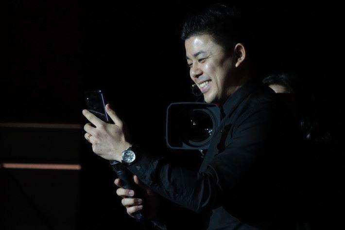 宋嘉寧現場示範打出 5G 視像電話。