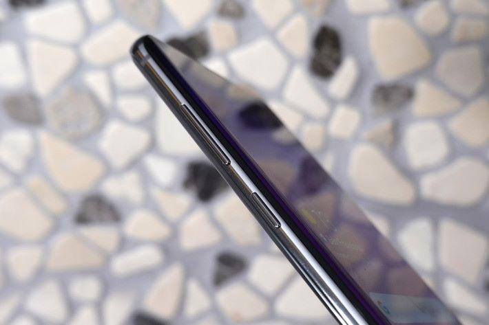 今代使用亮面金屬機框,左側繼續備有 Bixby 專用鍵。
