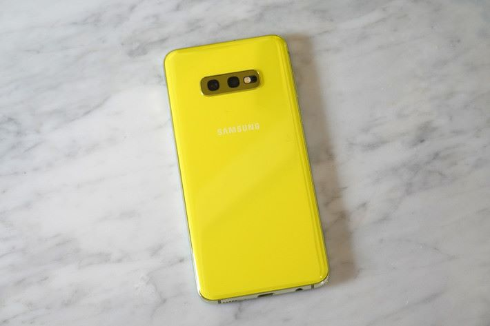 黃色的 S10e 非常醒神,喜歡 Eye catching 顏色的用戶會否放棄 S10 及 S10+ 而選用它呢?