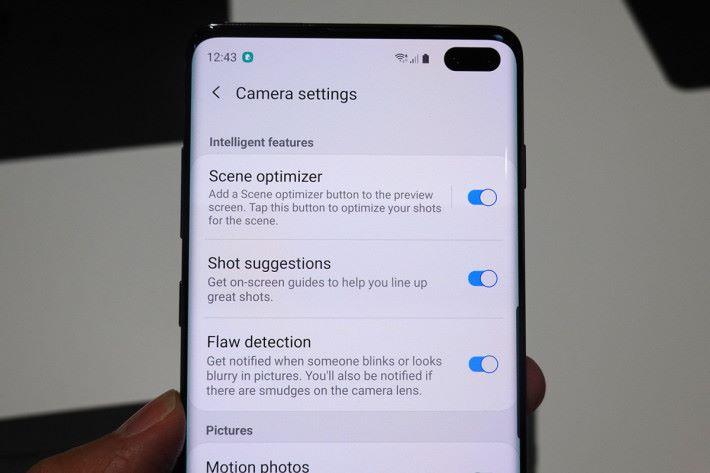 開啟 AI Suggestion 功能後,手機會幫你調整最佳構圖,並自動拍攝。