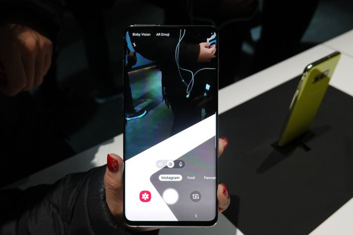 平時大家都鍾意影相再上載到 Instagram,今次 Galaxy S10 整合了 Instagram 拍攝功能於拍攝介面內,不需再開啟 Instagram App,夠方便!