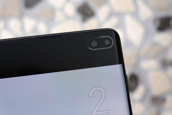 Galaxy S10 像 Galaxy A8s 一樣,於前置鏡頭加入倒數提示,令大家可專注鏡頭方向,拍出最佳 Selfie 效果。