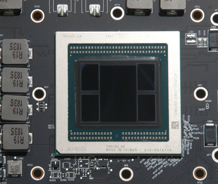 Radeon VII 核心。圖中中央最大的是 Vega 20 核心,附近為 4 顆 HBM2 記憶體。
