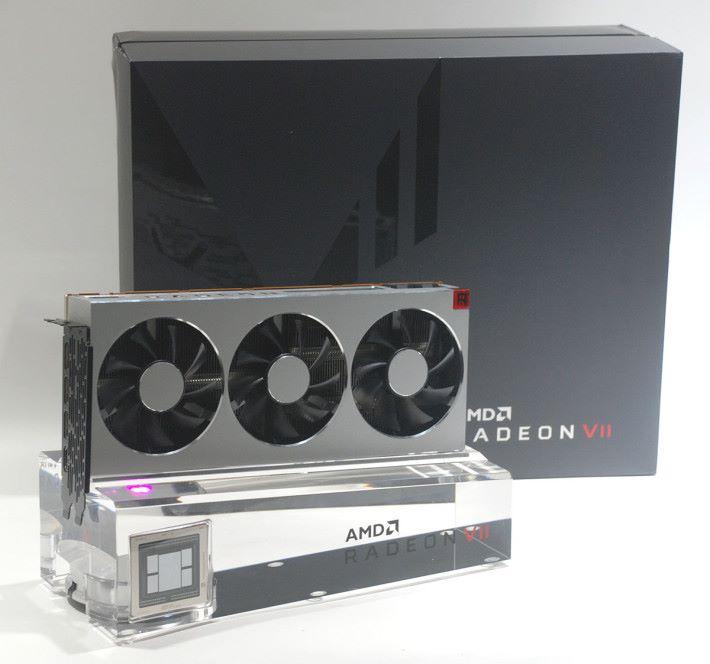 Radeon VII Review's Kit 十分「重手」,包括精美的展示台等等。