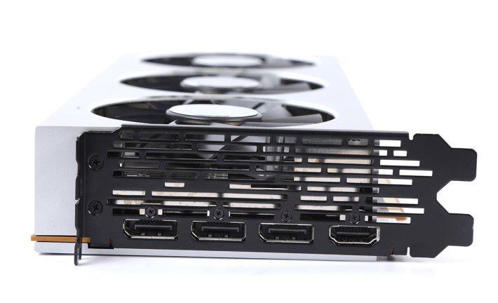 顯示輸出包括 3 組 DisplayPort 1.4 及 HDMI 2.0b