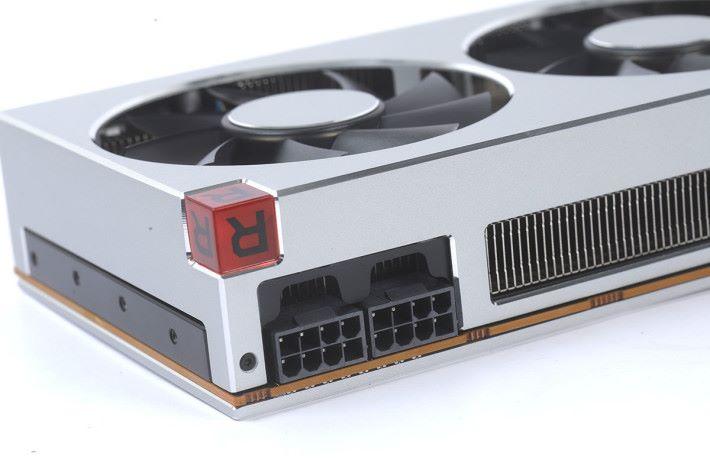 採用雙 8pin PCI-E 供電