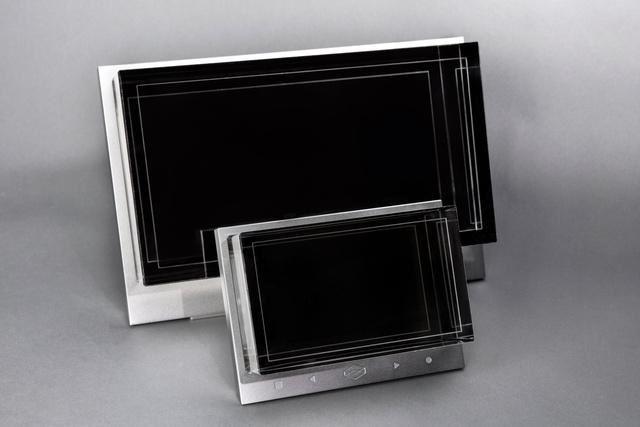 "Looking Glass 分 8.9"" Standard 版本和 15.6"" Large 版"