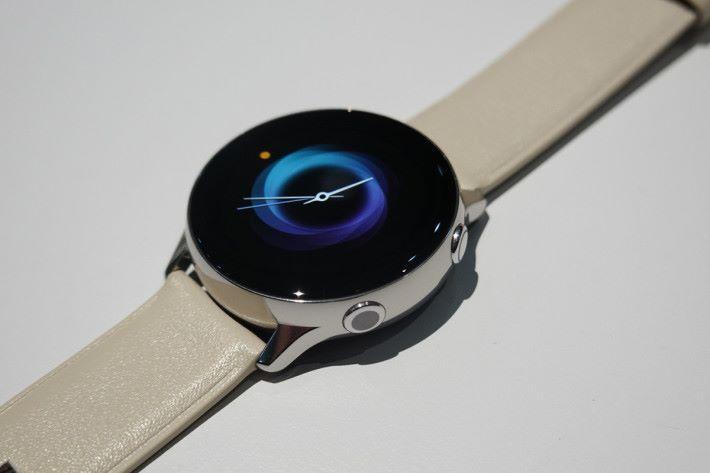 飛走了上代轉動錶圈設計後,改為傳統的按鍵加屏幕觸控操作,容易使用。