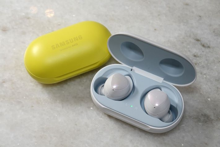 Galaxy Buds 真無線耳機,體積比上代細而且更輕巧,耳機經過 AKG 調音,比上代會有更佳的音樂播放表現。