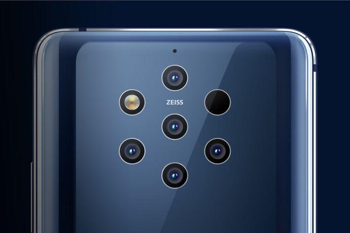 配備了五個有 ZEISS 認証的 12MP 鏡頭,但其中兩顆使用彩色感光元件,而另外三顆使用了高感度黑白感光元件。另外,右邊看來全黑的那一個其實就是 ToF 3D 鏡頭。