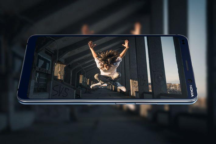 使用 5.99 吋 2K 解像度 19:9 屏幕,支援 HDR 內容顯示。