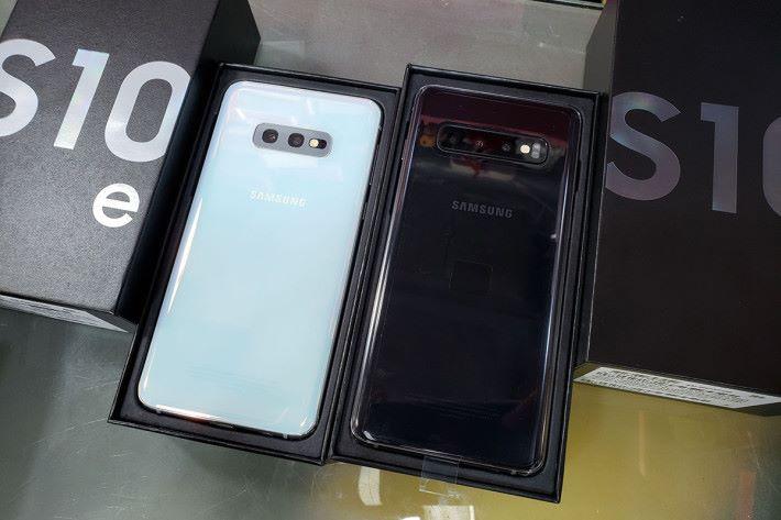 Galaxy S10e(左)及 Galaxy S10(右)多色均有現貨,店長 Simon 表示甫一上架已有不少用戶問津。