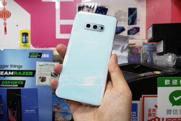 Galaxy S10e 採用 5.8 吋19:9 屏幕,機身較細握感討好,成為不少用戶換機目標。