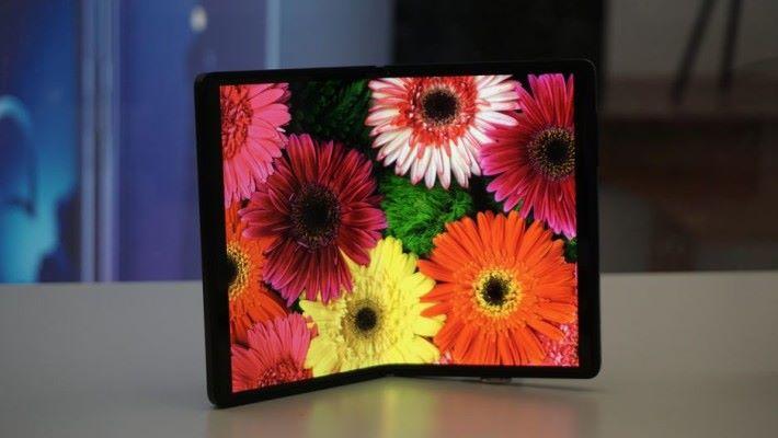 TCL 展示出來的其中一款摺屏手機