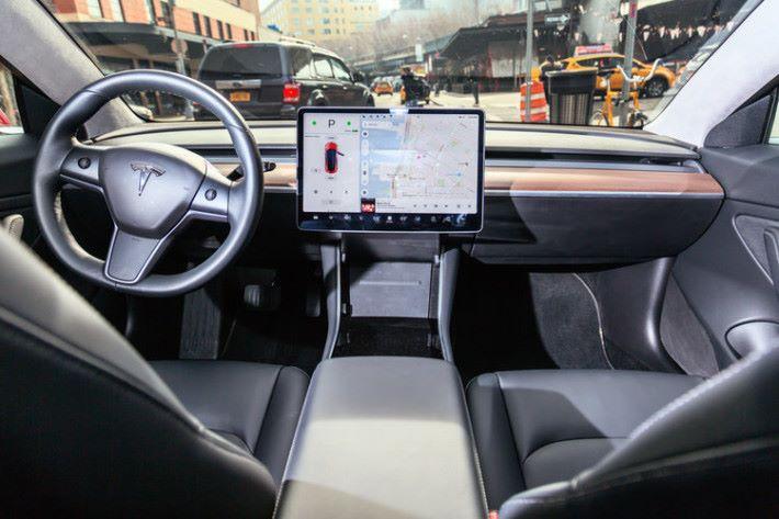 15 吋大的觸控屏幕比起 12.9 吋 iPad Pro 還要大