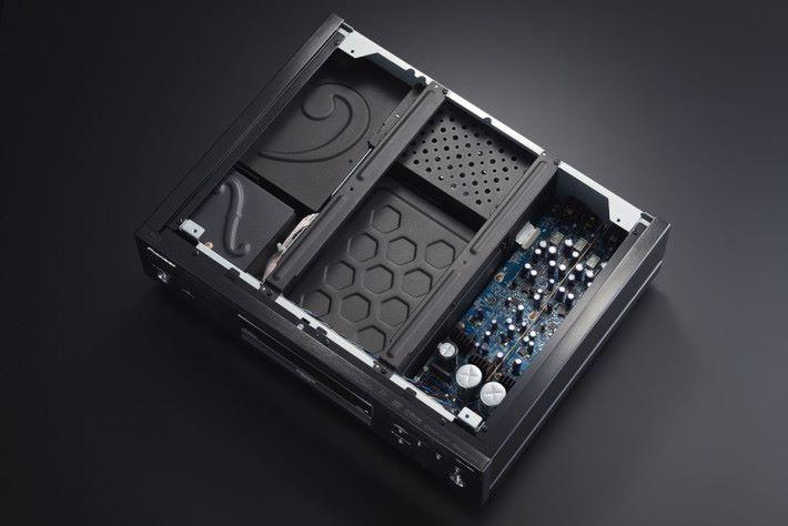 UDP-LX800 重 13.8kg,對播放 UHD 影音光碟的高速轉動提供充足的震動干擾保護。