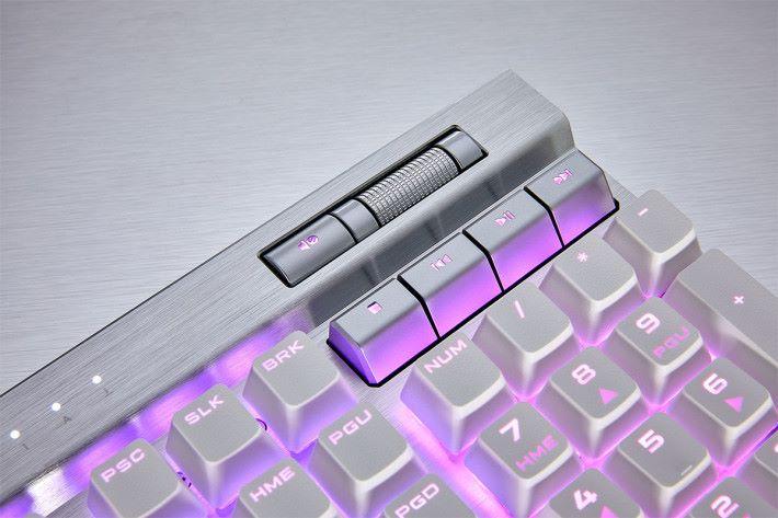 多媒體按鈕及聲音調節滾輪置於鍵盤右上方。