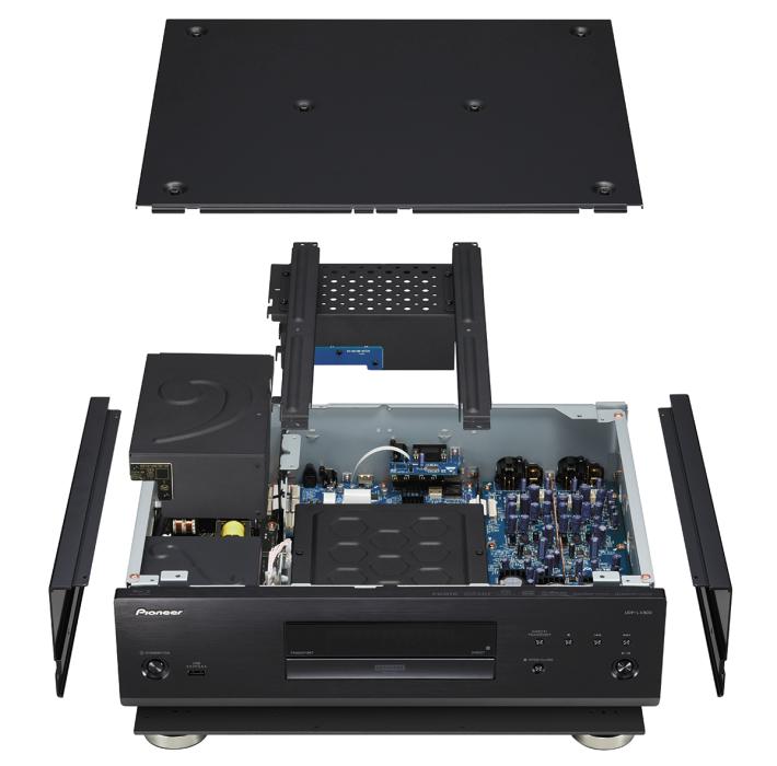 打開 UDP-LX800,可見機箱內排列整齊但又密密麻麻;左邊是電源,中間是光碟盤及數碼輸出部分,數碼板加入了開孔金屬罩以阻擋電磁干擾;右側是高級的模擬聲音處理,以獨立電源線連接左側的音頻專用火牛(較細者),加入銅製金屬罩。