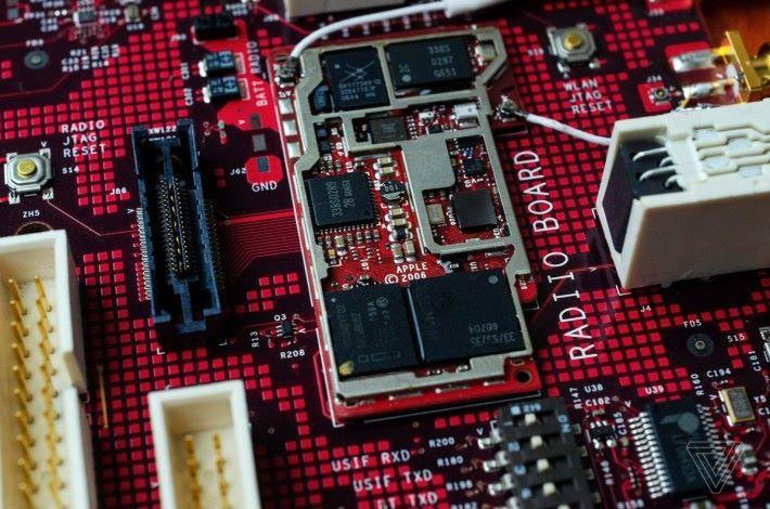 測試板上的無線模組,模組左邊是當年 iPod 所用的 30 針接頭,圖右邊的白色方塊就是連接傳統電話耳筒的接頭。(來源: The Verge )