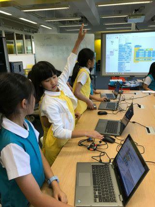 即使沒有校規,同學們會懂得尊重,先舉手再發問。