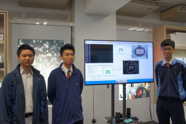(左起)天水圍香島中學學生李翊瑋、李文龍和謝天賜於一年前,已運用 Python 設計 AI 產品。
