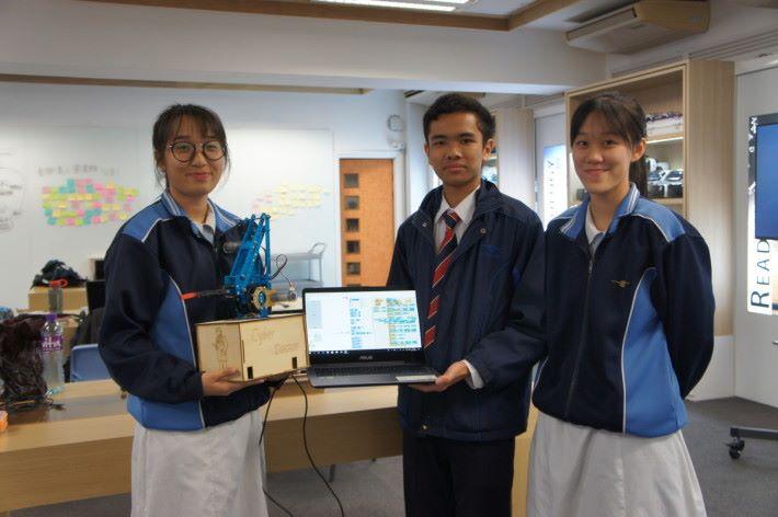 (左起)學生鄭思盈、梁啟熙和葉愷庭用較簡單的 AI 方案,同樣也能設計 AI 作品。