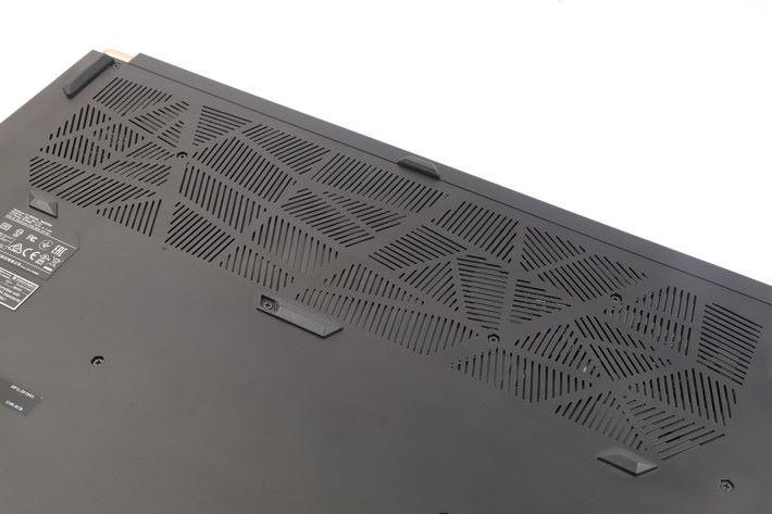 底部採用 Cooler Boost Trinity+ 散熱系統,可維持主機效能。