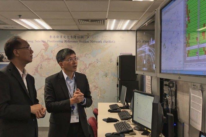地政總署署長陳松青(右)認為,要發展香港成智慧城市,優良的數碼基礎設施十分重要。(來源:政府新聞網)