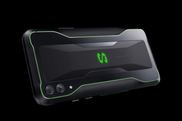 外型繼承黑鯊遊戲手機的X設計語言,但機背加入曲線令手機握感更佳,而 LOGO 呼吸燈及兩側 LED 燈帶當然亦保留,整體電競感進一步提升。