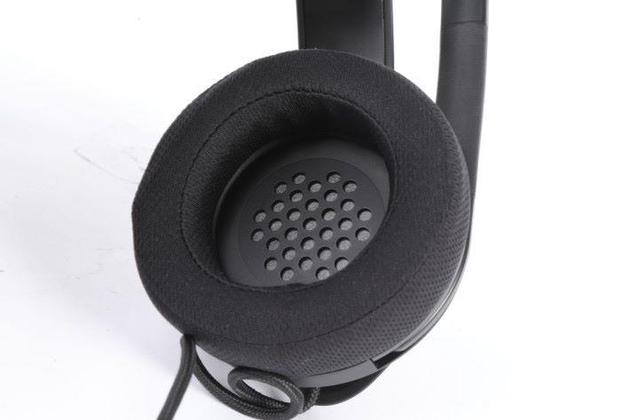 耳罩內為大家降低溫度的圓型鐵片。