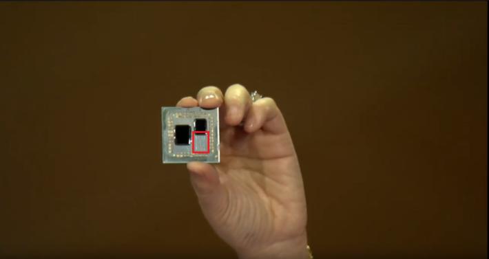 此為 8 核心的 Ryzen 3000 CPU 工程樣辦,左側一大塊為 I/O 晶片,右邊一小塊是 8 核心的晶片。有人問及 AMD CEO 蘇姿豐,紅框部分還有很多空間可多塞一塊晶片,她亦表示 Ryzen 3000 可具備多過 8 個核心,因此大家推測會達 16 核。Source:iSite