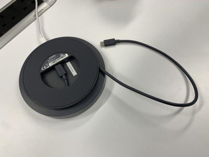 用 USB Type-C 線接駁手機。