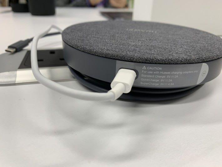 背後用另一條 USB Type-C 線接駁拖板,支援 9V / 2A QuickCharge。