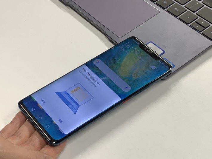 第一次把手機放上去,便會自動偵測到電腦,然後可進行配對。