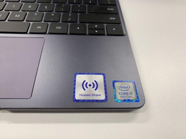 MateBook 13 右下角設有 HUAWEI Share 標誌,手機放在這裡便行。