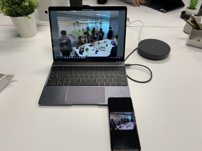 手機照片立刻呈現在電腦屏幕,現場感覺不到有任何延遲。