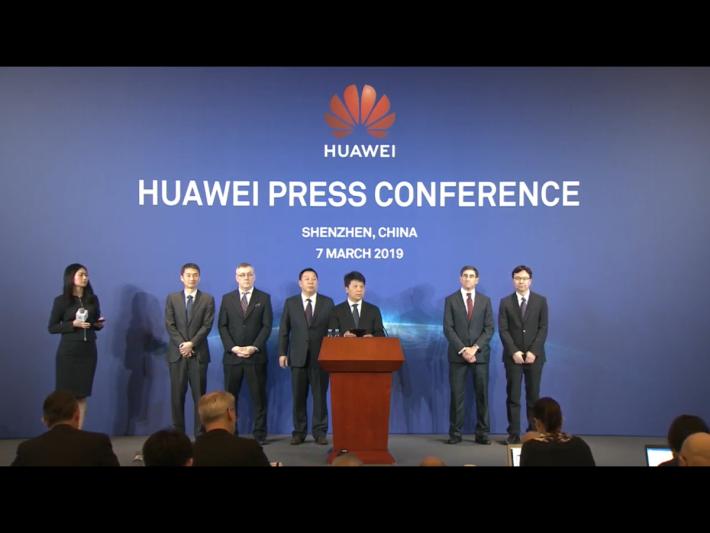 華為在中國深圳總部舉行記者會。