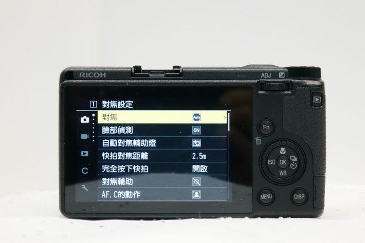 GR III 設置了 3 吋 103.7 萬點觸控屏幕。