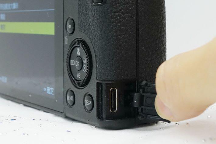 可直接使用行動電源經接口充電。