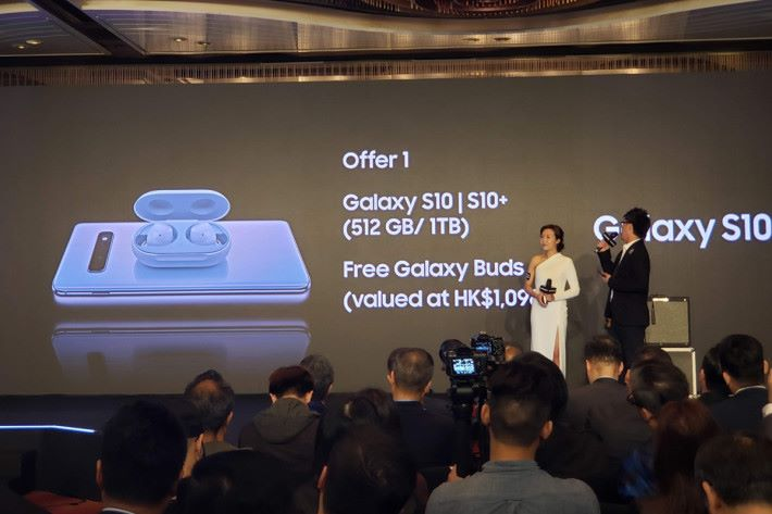 選購 512GB 或 1TB 版本的 Galaxy S10+,將免費獲贈 Galaxy Buds 真無線耳機。