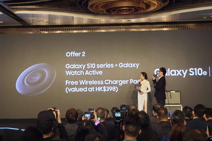 選購任何一個版本的 Galaxy S10 手機兼同時入手 Galaxy Watch Active 的話,可免費獲得無線充電板(價值 $398)。