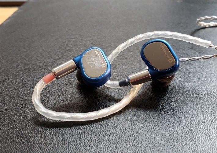 入耳式耳機 Saphire 用上寶石藍色配以鏡面外層。