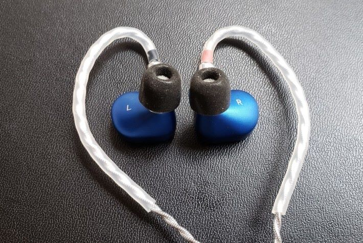 Saphire 採用掛耳式佩戴方法,耳機線亦可拆下更換。