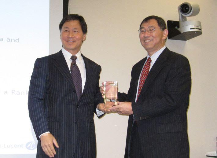 中國出生的蔡亦鋼教授,於 2010 年再度獲得 Bell Labs Inventors Award