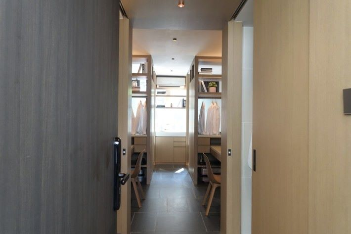 同樣是248平方呎的雙人工作室,空間明顯較少,不過設計方面也有顧及個人空間。睡床有門可關上。
